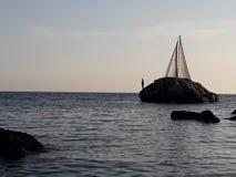 Barca a vela in vista fotografia stock