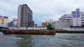 Barca velha no rio de Sumida, Tóquio foto de stock