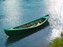 Barca verde sul fiume Immagini Stock