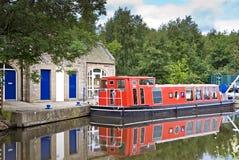 Barca vermelha no canal da união Fotografia de Stock Royalty Free