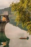Barca vicino ad una diga fotografia stock libera da diritti