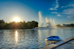 Barca vicino ad una fontana Fotografia Stock