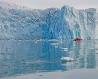 Barca vicino al ghiacciaio fotografie stock libere da diritti