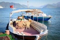 Barca vicino al pilastro Marmaris fotografie stock