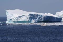 Barca vicino all'iceberg nella baia dell'oca Fotografie Stock Libere da Diritti