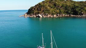 Barca vicino alla riva tropicale Vista di stupore del fuco della navigazione moderna dell'yacht sull'acqua di mare calmo vicino a stock footage