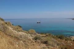 Barca vicino alle rive del Mediterraneo Immagine Stock