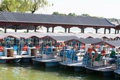 Barca vicino con il vecchio villaggio della Cina Immagini Stock Libere da Diritti
