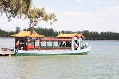 Barca vicino con il vecchio villaggio della Cina Fotografie Stock