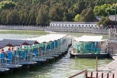 Barca vicino con il vecchio villaggio della Cina Immagine Stock Libera da Diritti