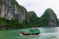 Barca vietnamita tipica nella baia di lunghezza dell'ha, Vietnam Immagine Stock