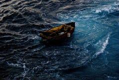 Barca vuota del rifugiato fotografia stock libera da diritti