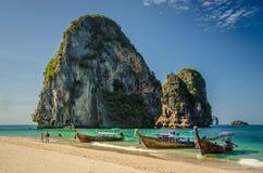 Barcacce della Tailandia alla spiaggia Fotografia Stock