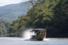 Barcaccia che viaggia sul fiume immagini stock libere da diritti