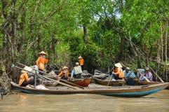 Barcaioli vietnamiti sul fiume immagine stock libera da diritti