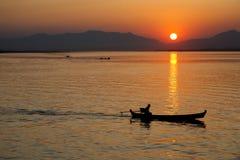 Barcaiolo al tramonto fotografia stock libera da diritti
