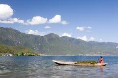 Barcaiolo in lago cinese Fotografia Stock