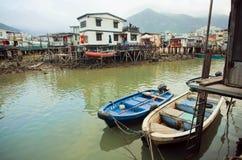 Barcas en el río sucio del pueblo viejo Tai O de los pescadores con las casas rústicas Imagenes de archivo