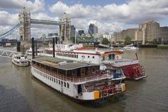 Barcas en el Towerbridge Imagen de archivo