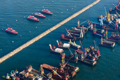 Barcas estacionadas ao longo do quebra-mar Foto de Stock Royalty Free