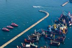 Barcas estacionadas ao longo do quebra-mar Foto de Stock