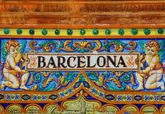 Barcellona firma sopra una parete del mosaico fotografia stock libera da diritti