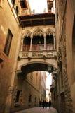Barcellona: ponticello gotico a Carrer del Bisbe immagini stock libere da diritti
