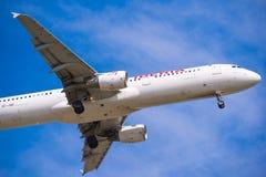 BARCELLONA, SPAGNA - 20 AGOSTO 2016: Aereo di Iberia Airlines che arriva all'aeroporto nei termini Isolato su fondo blu Primo pia Fotografia Stock Libera da Diritti
