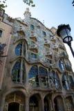 BARCELLONA, SPAGNA - 30 agosto 2017: La curva ha modellato la facciata di pietra della casa Batllo, vista all'aperto del ` s di G fotografia stock