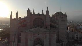 BARCELLONA, SPAGNA - 22 AGOSTO 2018: Paesaggio urbano aereo di Palma de Mallorca con la cattedrale, Isole Baleari, Spagna stock footage