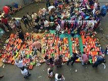 Barcellona, Spagna - 21 agosto 2016: vendita della via delle mercanzie delle merci sul mercato delle pulci Immagine Stock