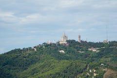 BARCELLONA, SPAGNA - 30 agosto 2017: Vista panoramica della montagna di Tibidabo della città nella distanza lontana dai bunker de Immagine Stock