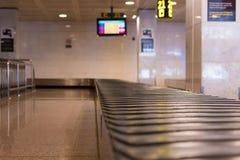 BARCELLONA, SPAGNA - 20 APRILE 2017: Nastro trasportatore vuoto dei bagagli dentro dell'aeroporto Copi lo spazio per testo immagine stock