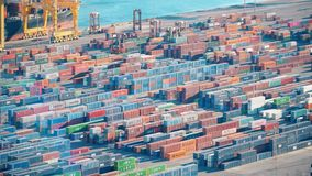 BARCELLONA, SPAGNA - CIRCA 2019: Porto del carico a Barcellona Carico di carico del bacino del contenitore del porto Separazione  archivi video