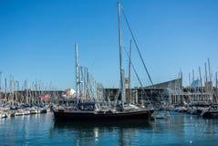 BARCELLONA, SPAGNA - 12 FEBBRAIO 2014: Una visualizzazione ad un pilastro con gli yacht alla porta di Barcellona Fotografie Stock