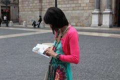 BARCELLONA SPAGNA - 9 GIUGNO:: Il turista guarda mappa in un 9 giugno 2012 i Fotografie Stock