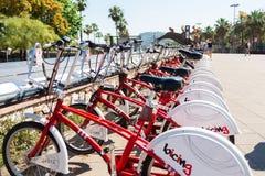 Barcellona, Spagna - 20 GIUGNO 2018: Parcheggio delle biciclette fotografie stock libere da diritti