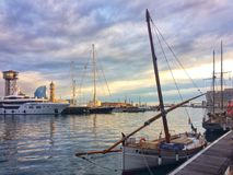Barcellona, Spagna, maggio 2018: Barca mediterranea tradizionale e porto eccellente di yachtin di Barcellona fotografia stock libera da diritti