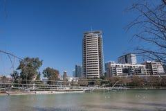 Barcellona, Spagna, marzo 2016: fiume nel parc marzo diagonale con la vista sugli skycaps moderni Fotografia Stock Libera da Diritti