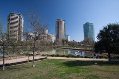 Barcellona, Spagna, marzo 2016: fiume nel parc marzo diagonale con la vista sugli skycaps moderni Immagine Stock Libera da Diritti