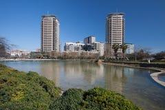 Barcellona, Spagna, marzo 2016: fiume nel parc marzo diagonale con la vista sugli skycaps moderni Fotografia Stock