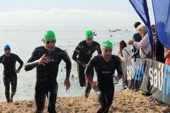 Barcellona, Spagna - 5 ottobre, 2014: I triathletes principali escono dell'acqua nella corsa di relè durante Barcellona Garmin Tr Fotografia Stock