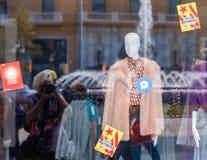 BARCELLONA, SPAGNA - 3 OTTOBRE 2017: Vetrina di un negozio di vestiti Copi lo spazio per testo Immagine Stock