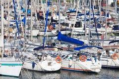 Yacht bianchi su un ancoraggio in porto Fotografia Stock