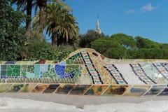 Barcellona, Spagna - 24 settembre 2016: Parcheggi la disposizione dei posti a sedere del mosaico di Guell alla natura Square Plac Fotografia Stock Libera da Diritti
