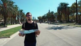 Barcellona, Spagna settembre 2018 Uomo perso in maglietta nera che tiene una mappa durante la visita ad Arc de Truimf in Catalogn archivi video