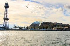 Barcellona Vista della collina di Montjuic su fuoco il 13 febbraio 2016 Montjuic è una delle viste più importanti di Barcellona Fotografie Stock Libere da Diritti