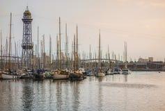 barcelona гаван Испания Выравниваться и золотой взгляд часа яхт, парусников и старой большой башни Стоковое Фото