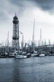 barcelona гаван Испания Яхты, шлюпки и старая большая башня Стоковое Фото