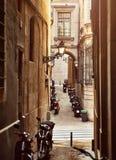 Барселона, Каталония, Испания Узкая улочка стоковое изображение